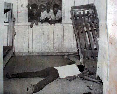 Operários observam colega morto em um dos dormitórios (FOTO: Antônio Cosenza/Arquivo EM/D.A PRESS http://goo.gl/hCfBw)